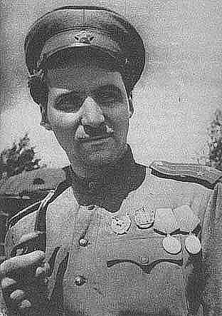 Константин Симонов на передовой Великой Отечественной Войны, с медалями